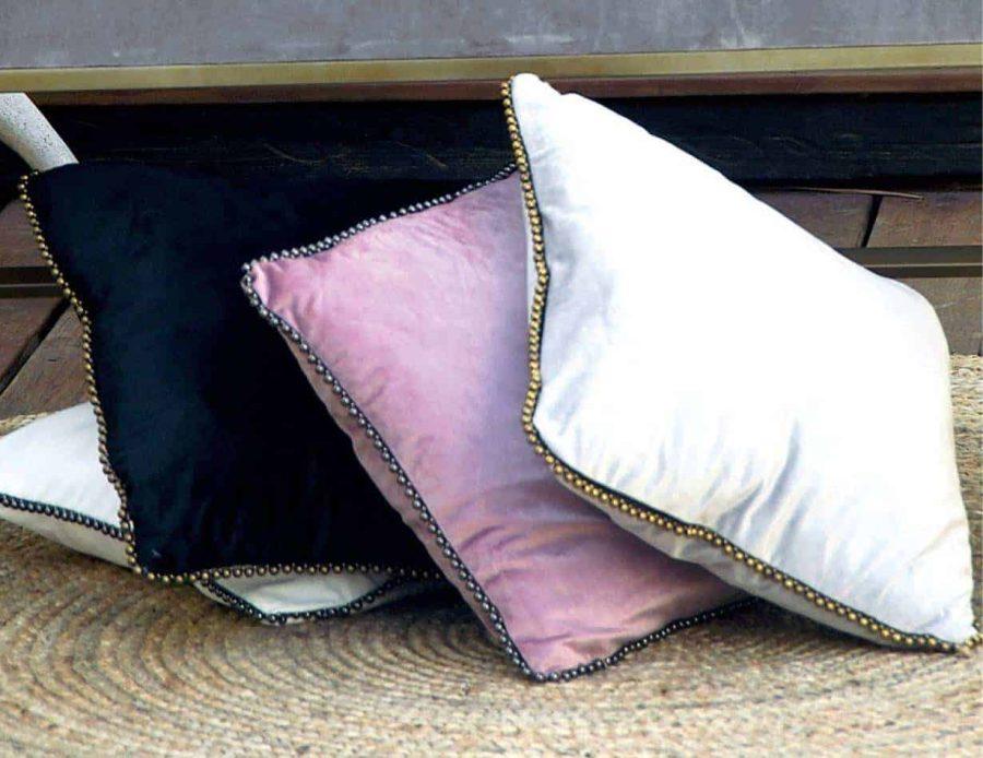 כרית נוי קטיפה עם חרוזים עבודת יד אנדי
