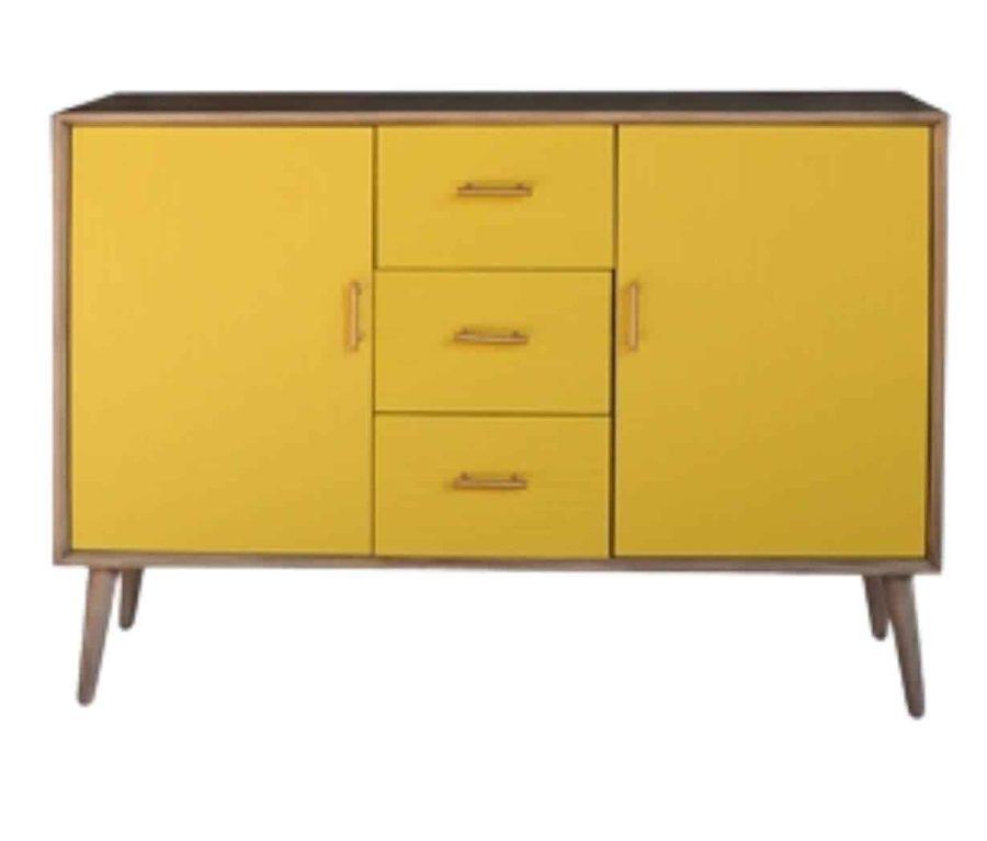 שידת עץ צהובה ארוכה עם דלתות ומגירות