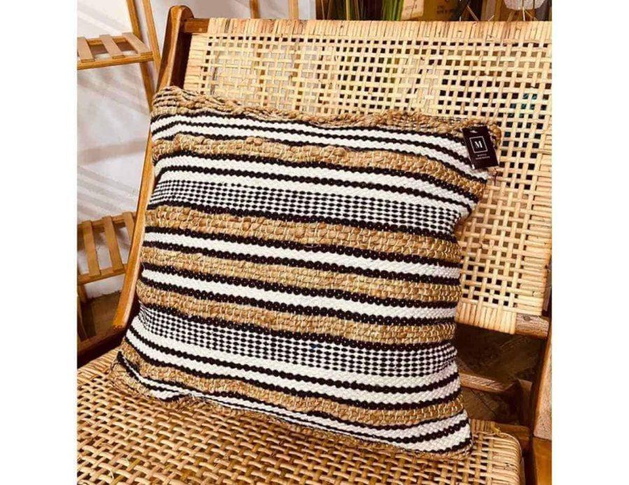 כרית חבל פסים שחור לבן בסגנון בוהו שיק כפרי