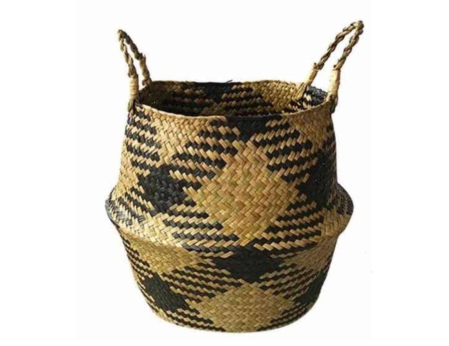 סלסלת קש עם ריבועים שחורים בסגנון בוהו שיק כפרי